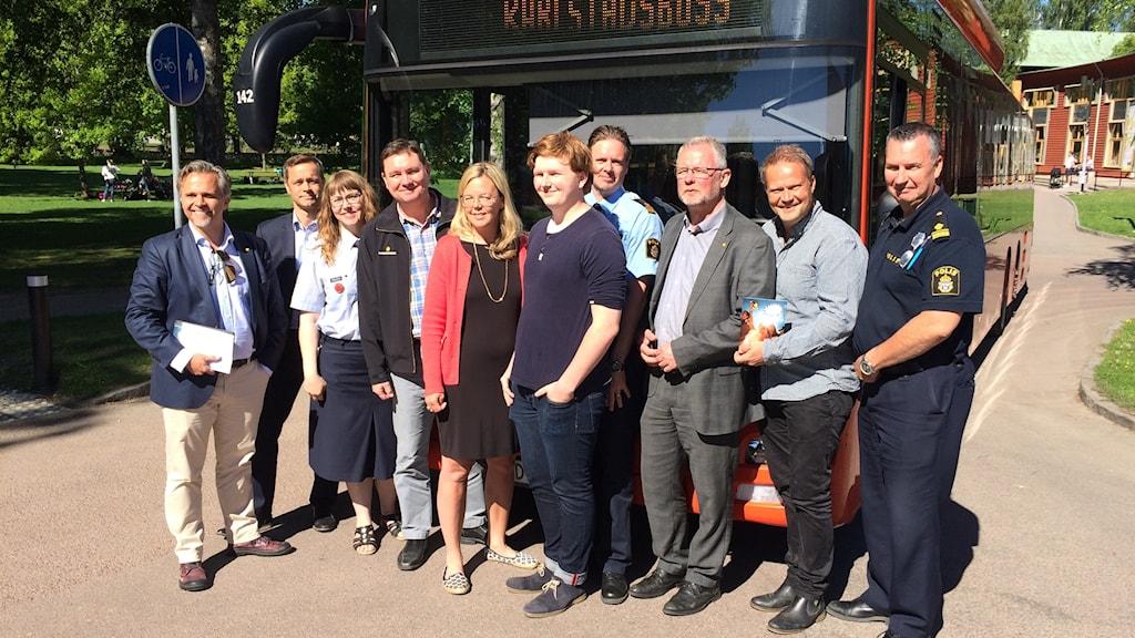 Representanter för kommun, skola, polis, karlstadsbuss framför en buss. Foto: Mical Thernström / Sveriges Radio
