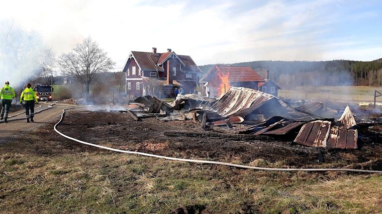 Eldhärjad fastighet i Koppom. Foto: Räddningstjänsten.