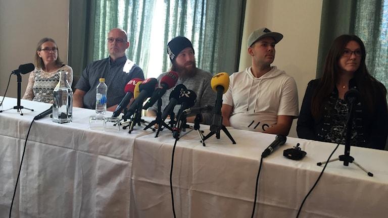 Robin och Christian med sin familj vid presskonferensen.