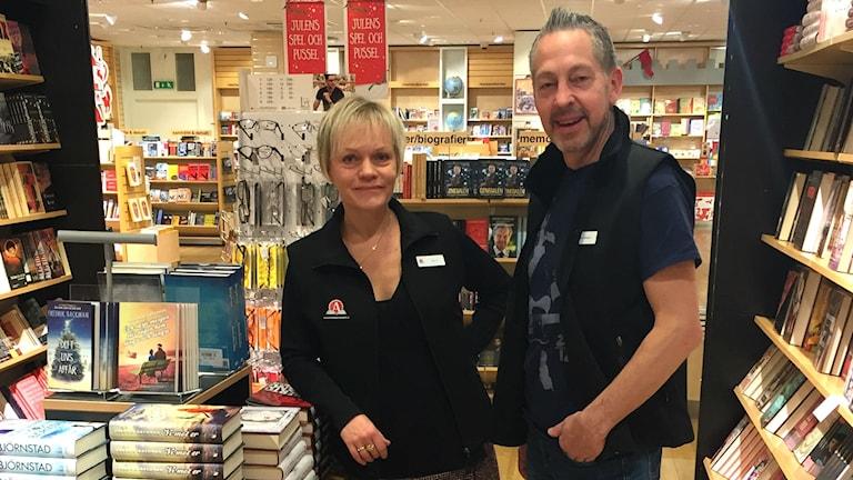 Butikschef Malin Lödén och riksdagsledamot Lars Mejern Larsson (S) i bokhandeln.