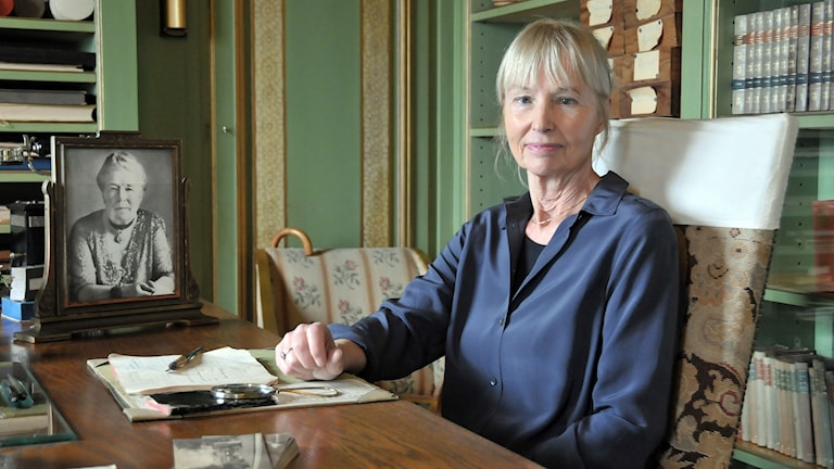 Carola Hansson vid Selma Lagerlöfs skrivbord i Mårbacka. Foto: Kjell Sundström.