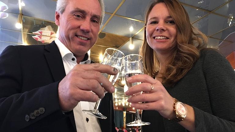 Morgan Östlund och Maria Halvarsson Skålar för fem nya år i Höljes.