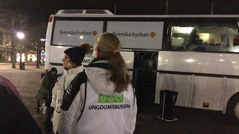 Ungdomsbussen är en trygghetsskapande plats i city, byggd på frivilliga. Inför våren behöver man bland annat bussförare. Foto: Ulla Walldén/Sveriges Radio.