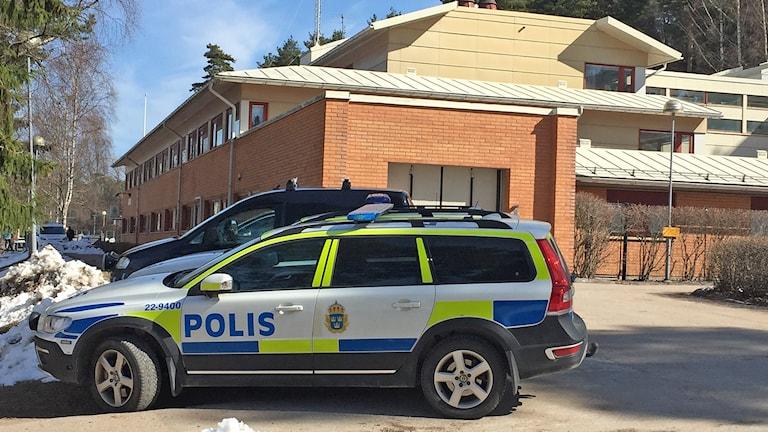 Polisbilar vid polishuset i Hagfors. Foto: Jonas Hansson/Sveriges Radio.