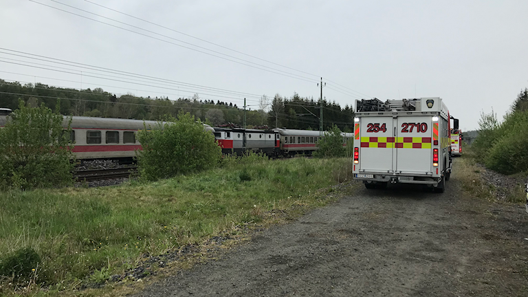 Räddningsfordon vid tåg på järnväg.