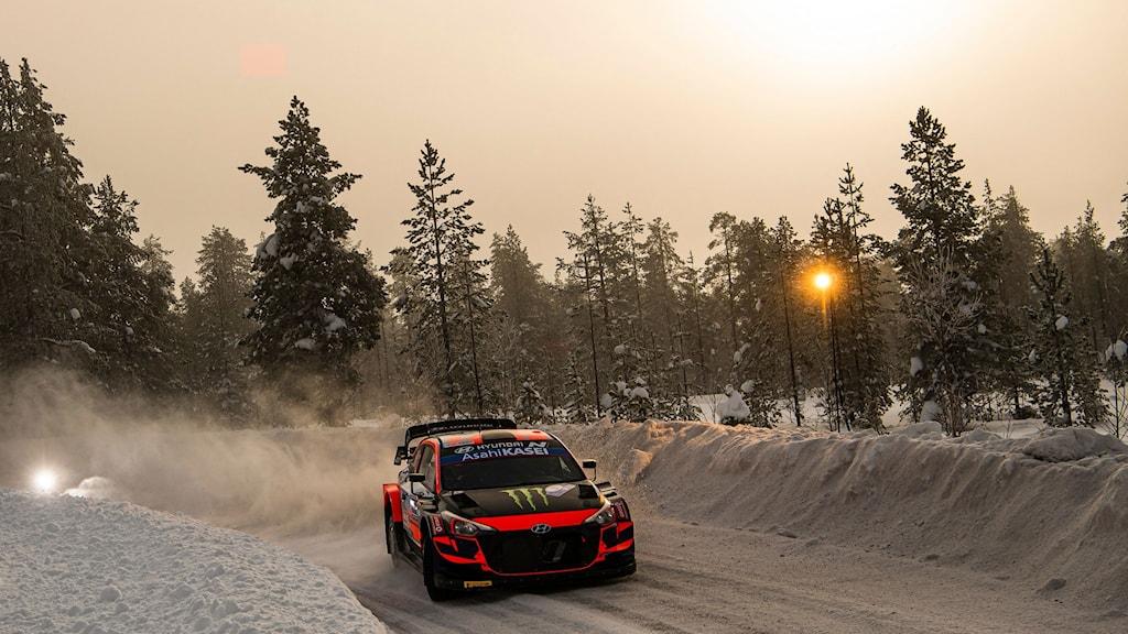 Oliver Solbergs bil kommer körande i det finska VM-vinterrallyt nära Rovaniemi. Foto: Jonathan Nackstrand/AFP.