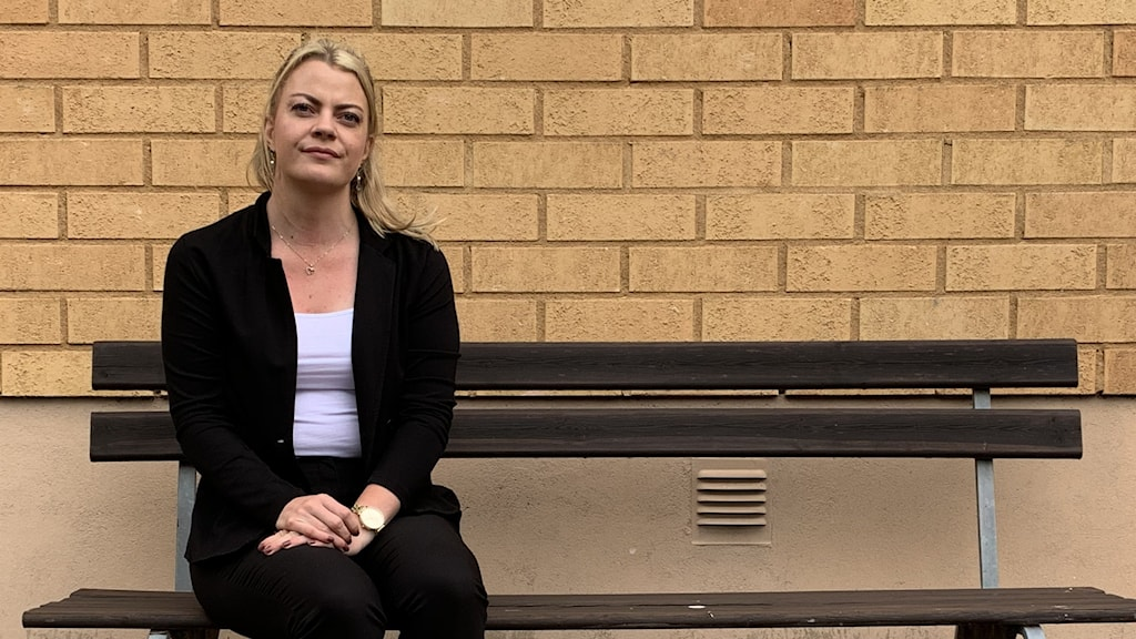 Kvinna sitter på bänk. Foto: Amanda Moln/Sveriges Radio