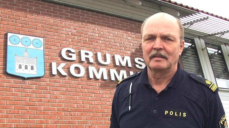 Grums kommunhus och Lennart Hynynen. Foto/Montage: Sveriges Radio.