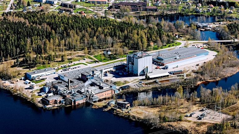 Flygfoto över pappersbruket i Åmotfors. Foto: Pressbild.