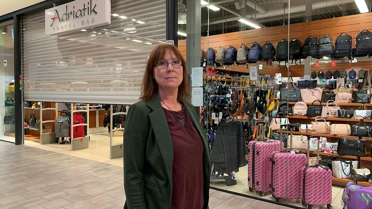 kvinna framför butiksingångi shoppingcenter. Foto: Victoria Svärd Karlsson/Sveriges Radio