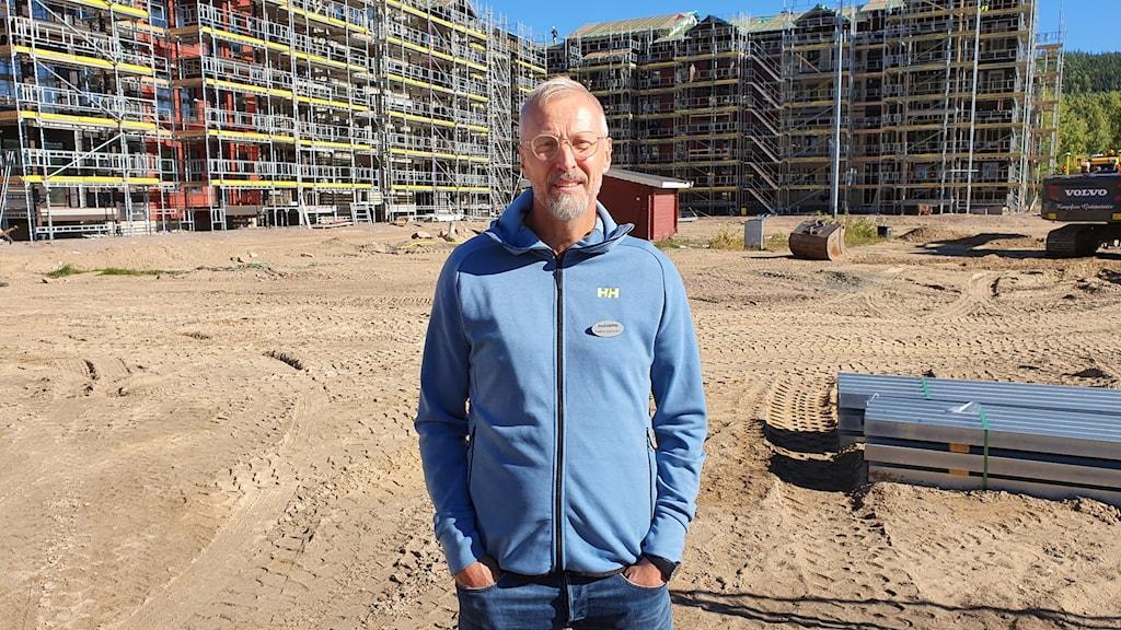 Anders Kjällström, vd för Branäsgruppen, stående framför de femvåningshus som ska stå klara vid säsongsstart. Foto: Aron Eriksson/Sveriges Radio.