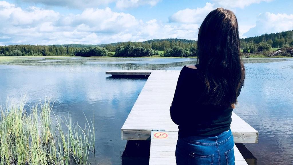 En kvinna står på en brygga. Foto: Annika Ström/Sveriges Radio.
