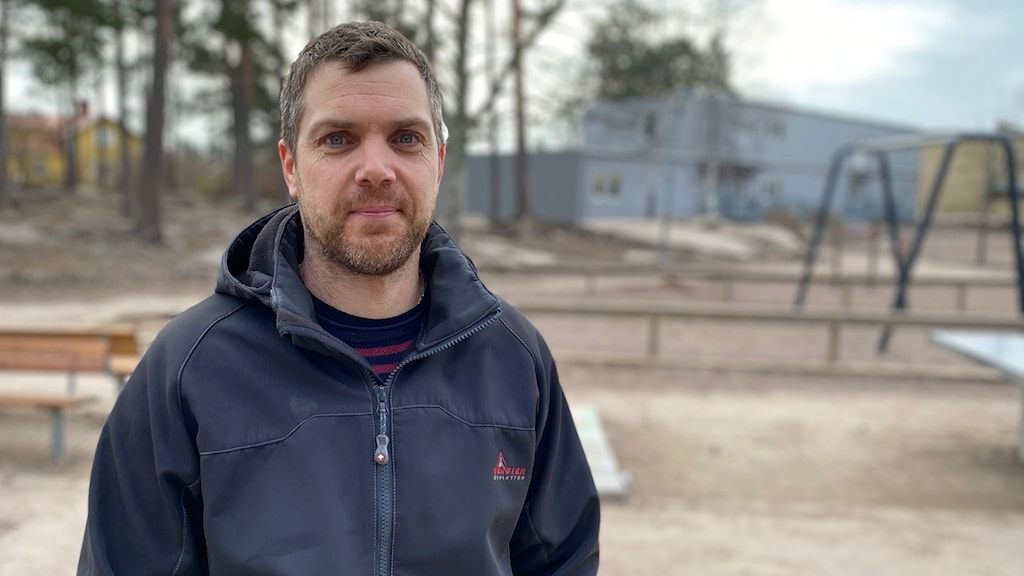 Rikard Askerskär står på skolgården framför Skattkärrsskolan. Foto: Jonathan Borg/Sveriges Radio