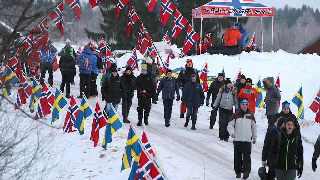 Rallypublik och norska flaggor. Foto: Isak Olsson/Sveriges Radio. (Arkiv)