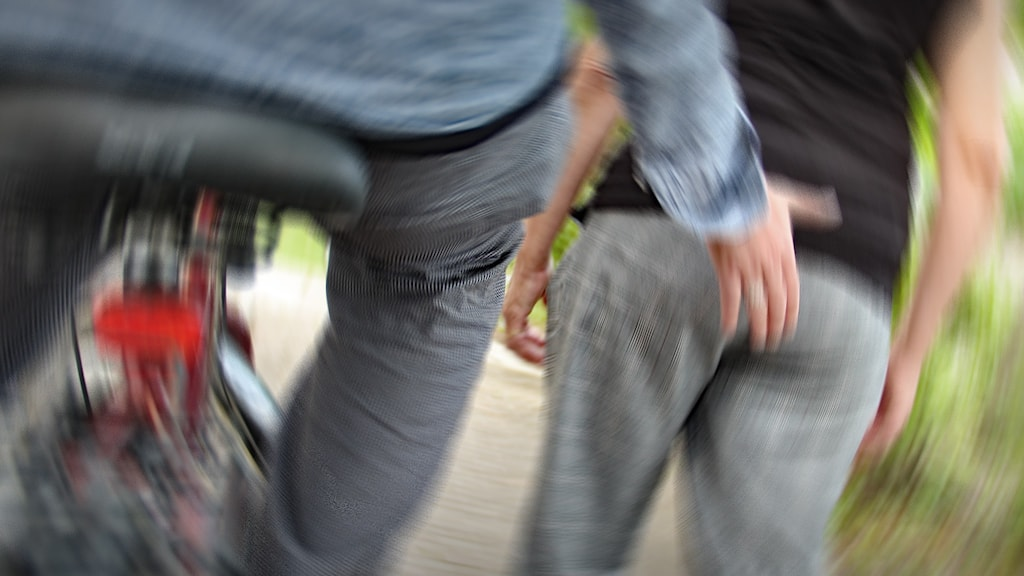 En man på cykel tafsar på en gående kvinna. Foto: Lars-Gunnar Olsson/Sveriges Radio.