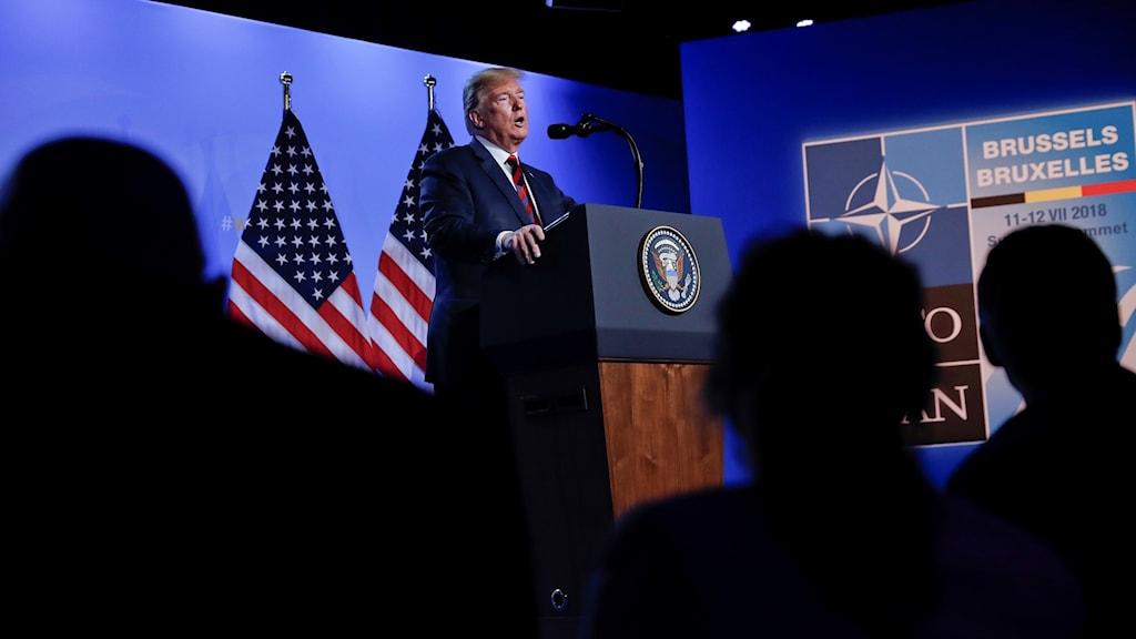 Donald Trump talar på presskonferens vid Nato mötet. Foto: Pablo Martinez Monsivais/AP