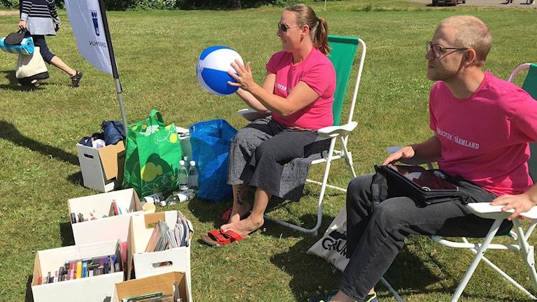 Bibliotekarierna Liselotte Skalare och Anton Borgström tog med sig boklådor och badbollar till kommunens badstränder under sommaren. Foto: Magnus Hermansson/Sveriges Radio.