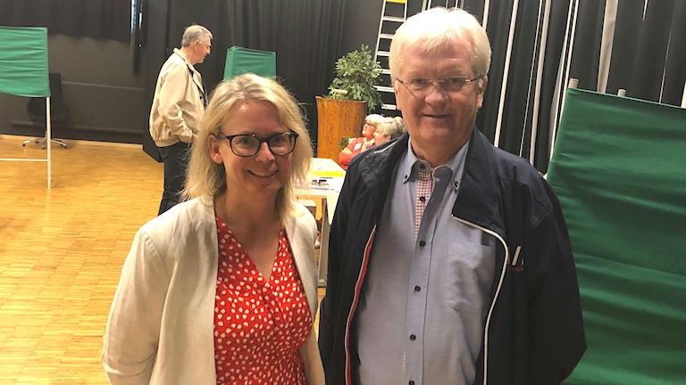 Catrin Hjalmarsson och Morgan Setherberg, vid valbåsen i Sunne. Foto: Robert Ojala/Sveriges Radio.
