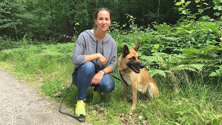 Kari Langöen och hunden Bonnie. Foto: Gustav Jacobson/Sveriges Radio.