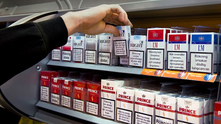 En person tar ett paket cigaretter. Foto: Claudio Bresciani/TT.