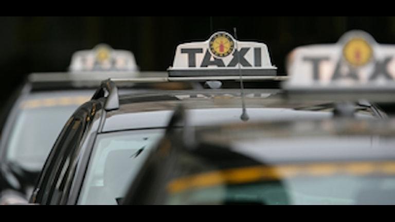 Taxibilar väntar på passagerare utanför centralstationen. Foto Fredrik Sandberg / SCANPIX