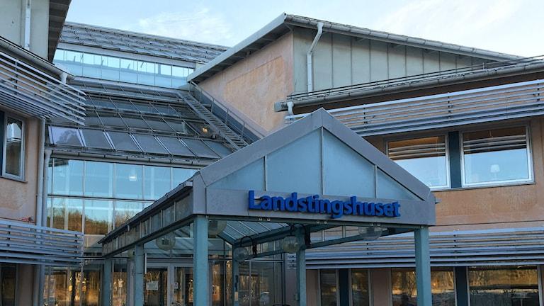 Landstinget i Värmland, landstingshusets entré i Karlstad. Foto: Magnus Hermansson/Sveriges Radio.