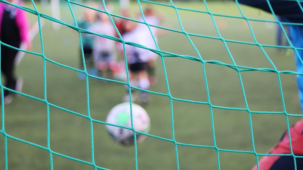 Barn på fotbollsträning.