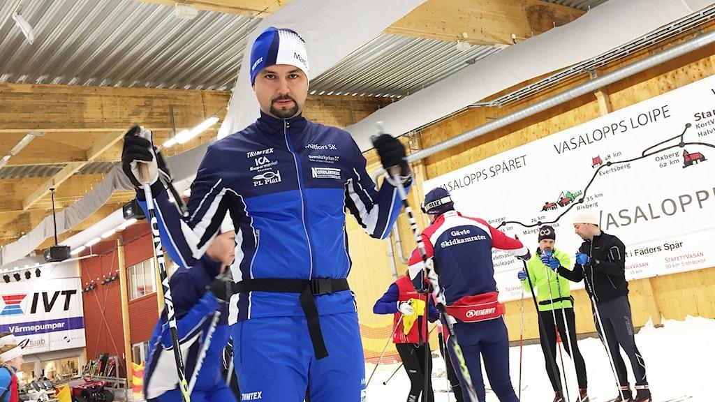 Jhon Acevedo tränar i Skidtunneln i Torsby. Foto: Niklas Axelsson/Sveriges Radio.