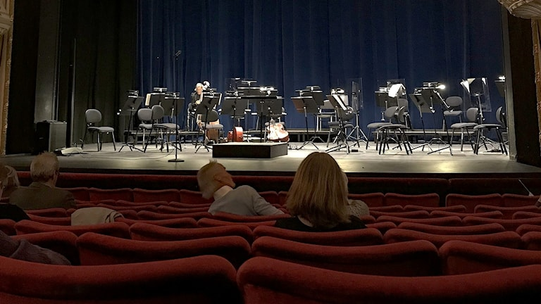 Glest med publik vid en teaterscen. Foto: Lars-Gunnar Olsson/Sveriges Radio.