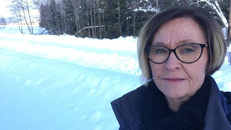 kvinna och snöig väg
