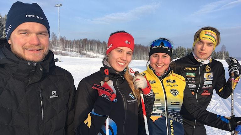 Tränaren Emil Svensson och eleverna Josehanna Lundgren Wikström , Linnéa Sjödin och Isak Lieback. Foto: Per Larsson/Sveriges Radio.