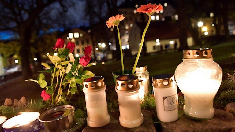 Blommor och ljus vid en kyrkogård. Foto: Jonas Ekströmer/TT.