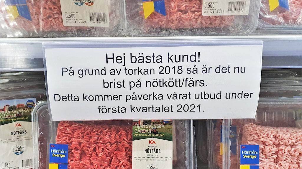 En skylt där det står att butiken har köttbrist. Foto: Anton Berglund.