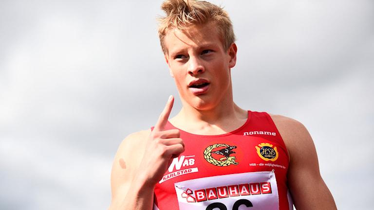 Henrik Larsson satte nytt svenskt juniorrekord i både försök och semifinal, och tog sedan silver i SM-finalen på 100 meter. Foto: Emil Langvad/TT.