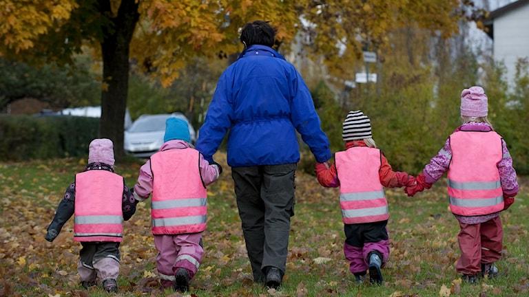 Barn med reflexvästar. Foto: Jonas Ekströmer/TT.