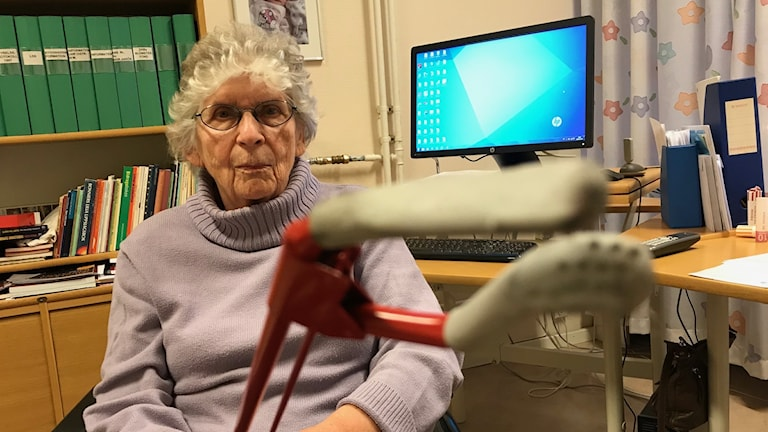 äldre dam i rullstol med griptång