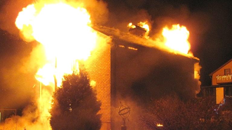 eldslågor slår ut ur tegelhus