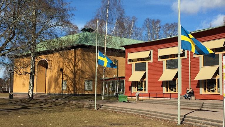 flaggor på halv stång utanför Värmlands museum