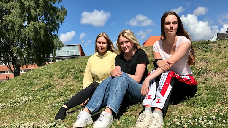 Lina Ågren, Julia Eriksson och Patricia Thelin sitter på en kulle