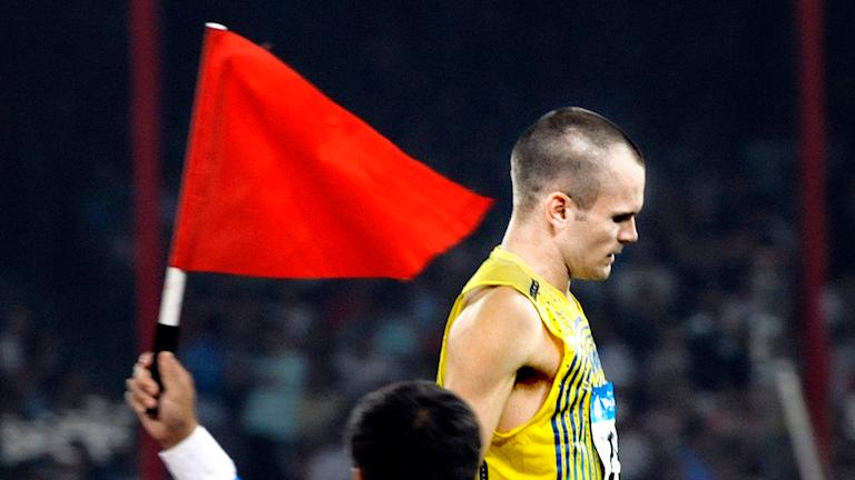 Stefan Holm har rivit och får en röd flagga vid OS i Peking 2008. Foto: Tomas Oneborg/SvD/TT.