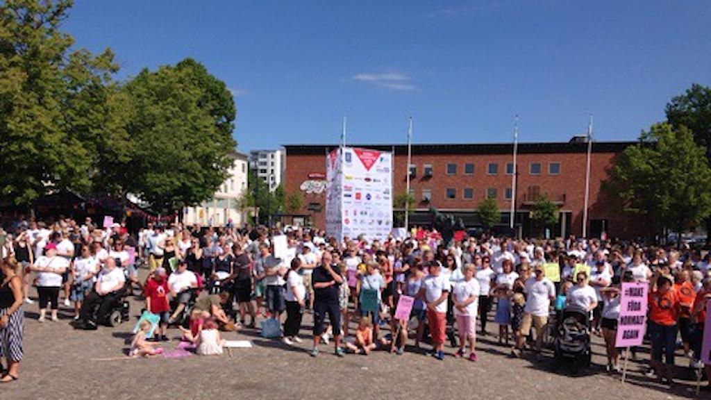 Tusentals demonstrerar mot nedläggningen av Karlskoga BB.