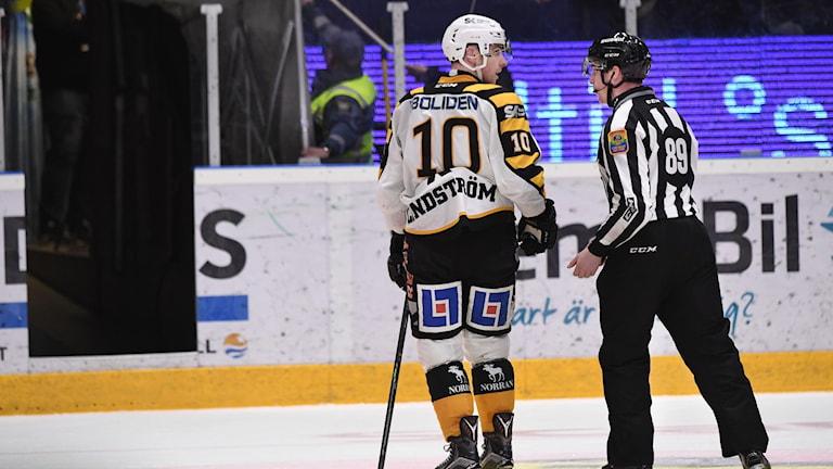 Skellefteås Joakim Lindström lämnar isen. Foto: Tommy Pedersen/TT.