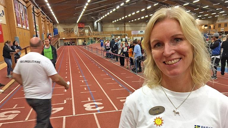kvinna i Karlstads kommun-T-shirt i idrottshall