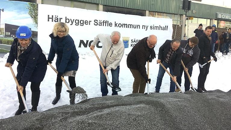 En grupp människor med spade. Foto: Per Larsson/Sveriges Radio.