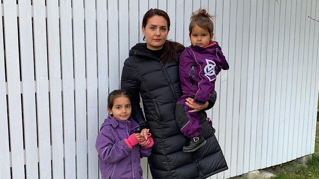 En kvinna med sina två småbarn
