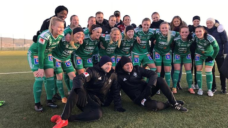 Lagfoto efter segern i säsongens sista match mot Västerås. Foto: Daniel Viklund/ Sveriges Radio.