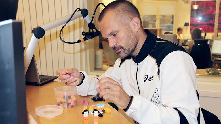Stefan Holm bygger med lego
