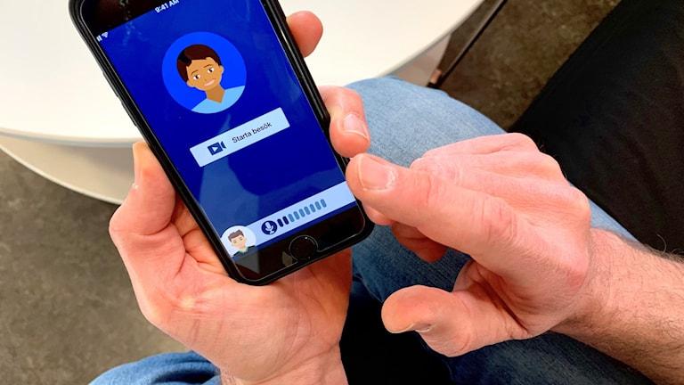 händer håller i en mobil som visar en nätläkarsida