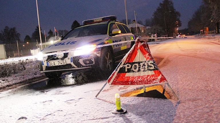 En polisbil vid en avspärrning. Foto: Lars-Gunnar Olsson/Sveriges Radio.
