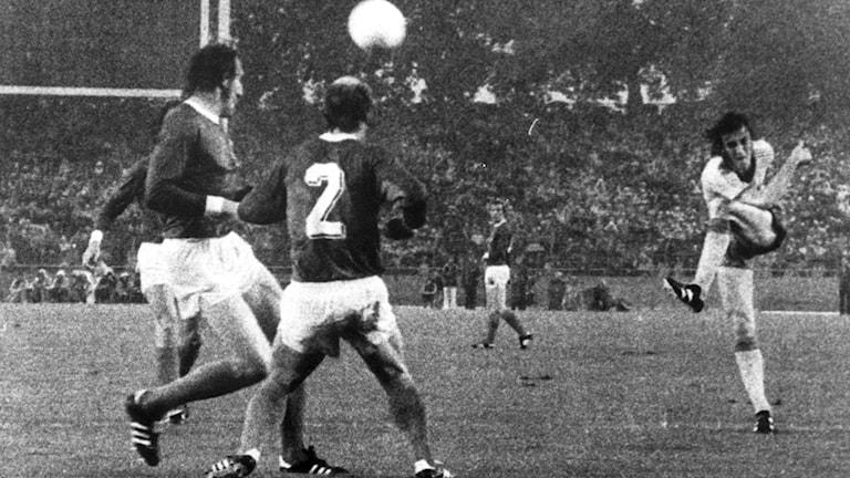 Ralf Edström skjuter in 1-0-målet för Sverige mot Västtyskland i VM 1974.